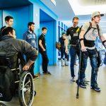 Ekso Bionics stelt eksoskelet, voor mensen die verlamd zijn, voor in Thomas More in Turnhout : ex-motorcrosser Joëlle probeert het pak uit