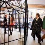 Vogelkooi met prostituees in shopping center op de Meir als stunt van GvA