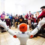 kinderen leren dansen met robots in de klas in basisschool Baronneke in Deurne