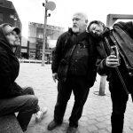 straatmensen op het De Coninckplein : straathoekwerker Luc (Luca Martens) bij straatbewoner Steve